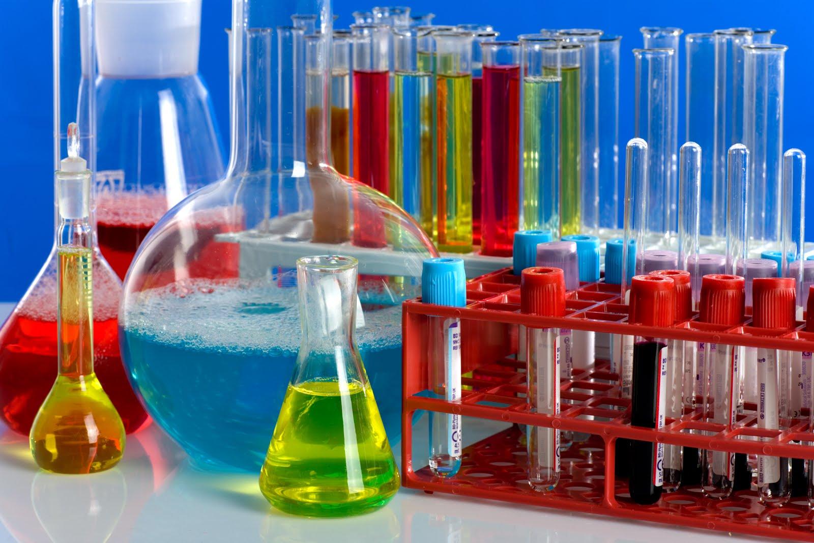 tubos-de-ensayo-de-colores-en-laboratorio-clinico-de-quimica